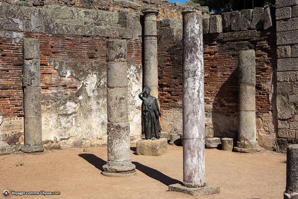 L'espace de loisirs derrière le théâtre, un péristyle orné de colonnes et de statues.