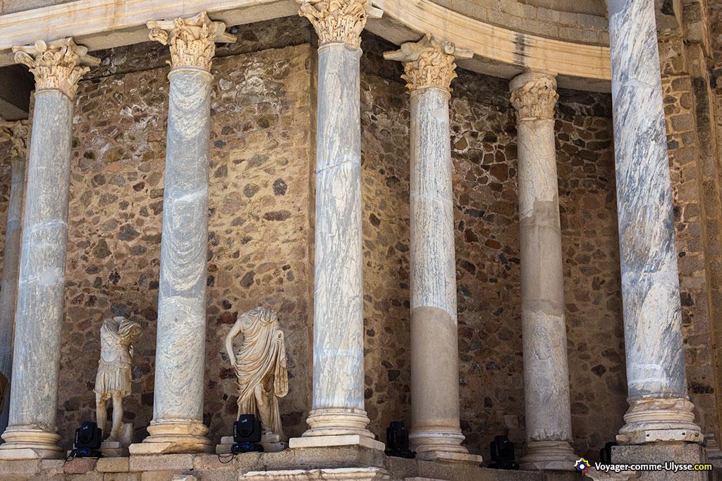 Les statues représentent sans doute des empereurs romains.