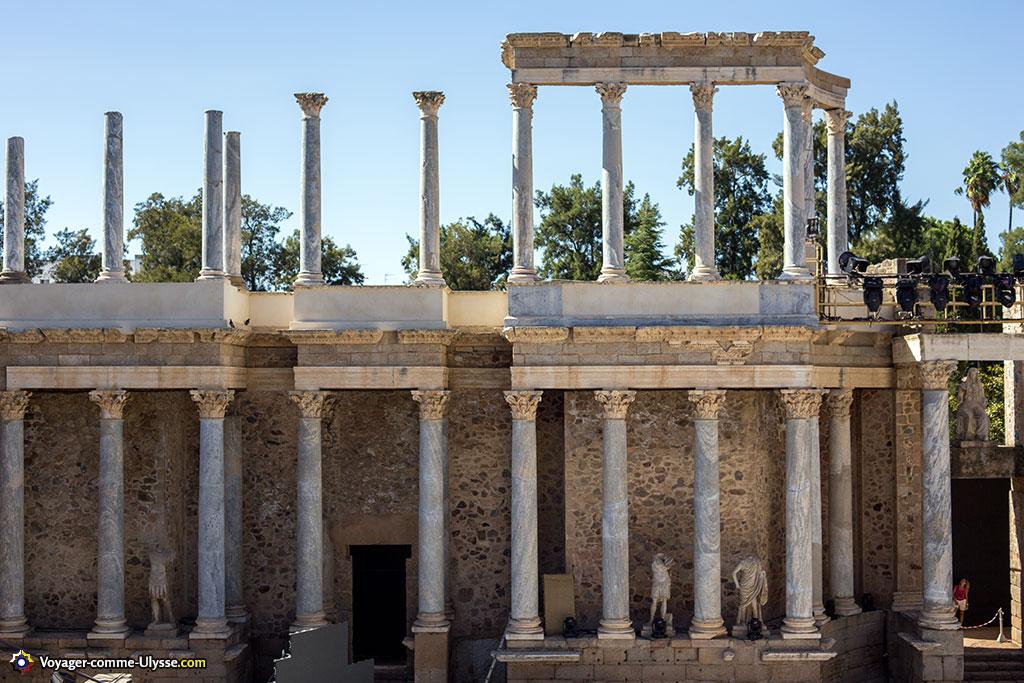 Les deux niveaux de colonnes bleutées du mur de scène, d'une hauteur totale de 17 m.
