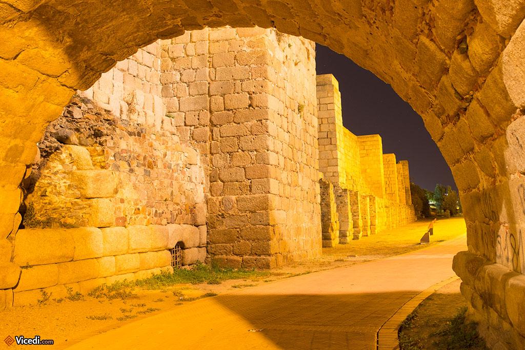 La muraille de l'Alcazaba et ses nombreuses tours. Nous sommes ici sous le pont romain.
