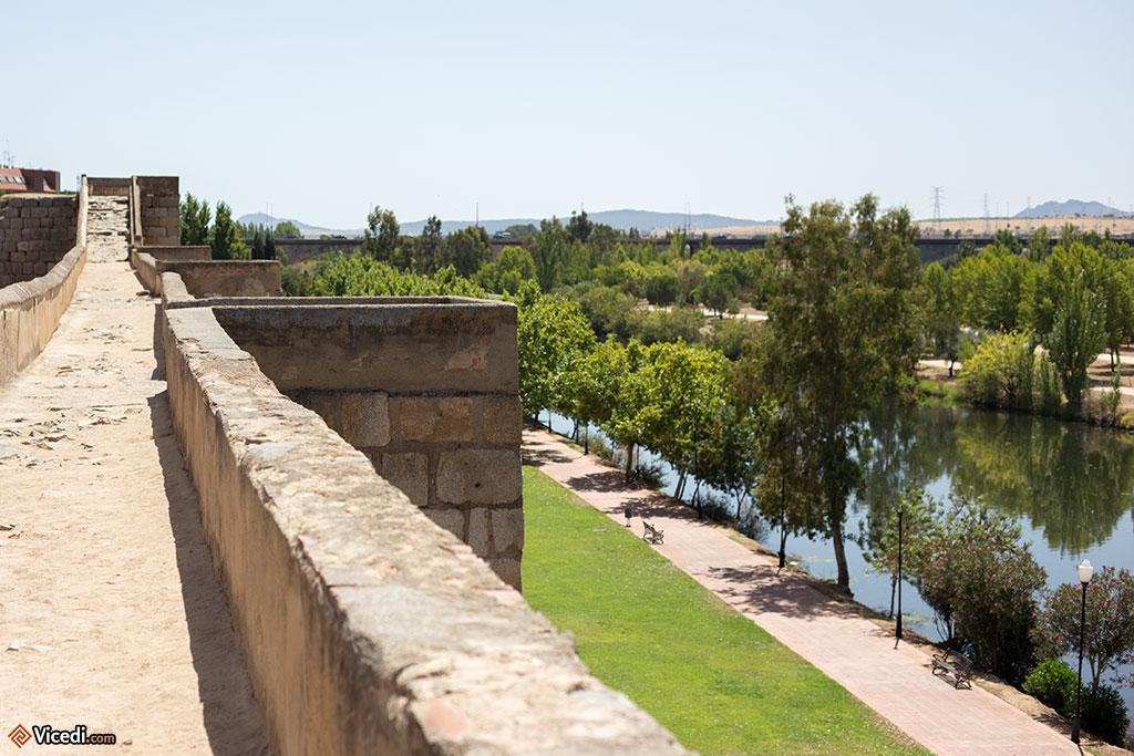 Le Guadiana coule paisiblement aux pieds de l'Alcazaba.