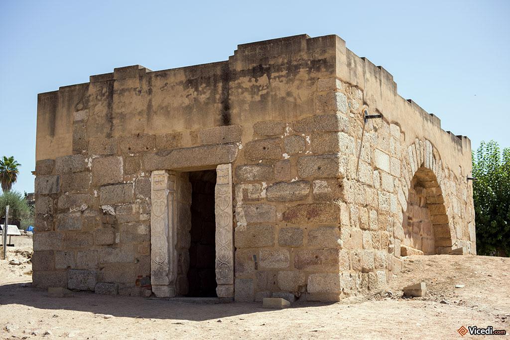 Entrée de la citerne. On notera le réemploi de colonnes wisigothiques.