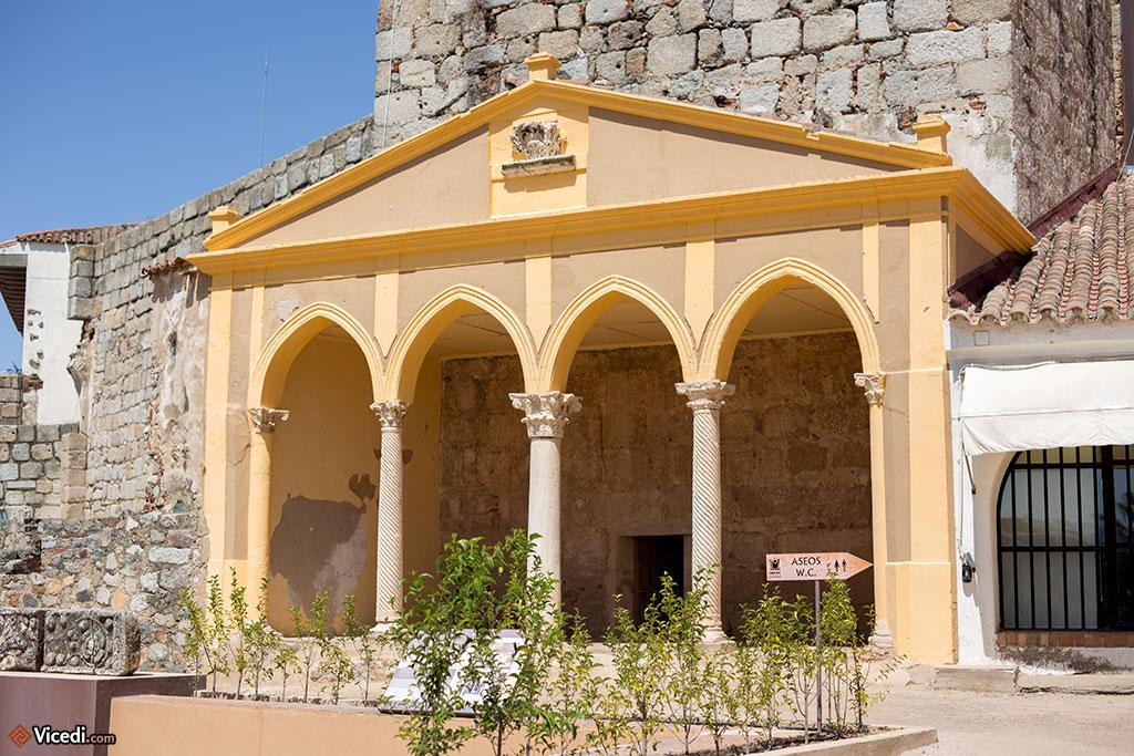 Construction néogothique du XIXème, reprenant des éléments d'origine. Ceci est particulièrement visible dans les colonnes wisigothiques.