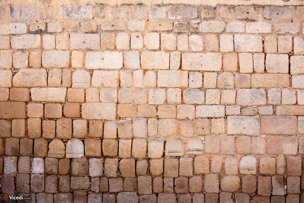 Les Arabes, en construisant l'Alcazaba, n'hésitaient pas à réemployer les pierres des stèles funéraires romaines.