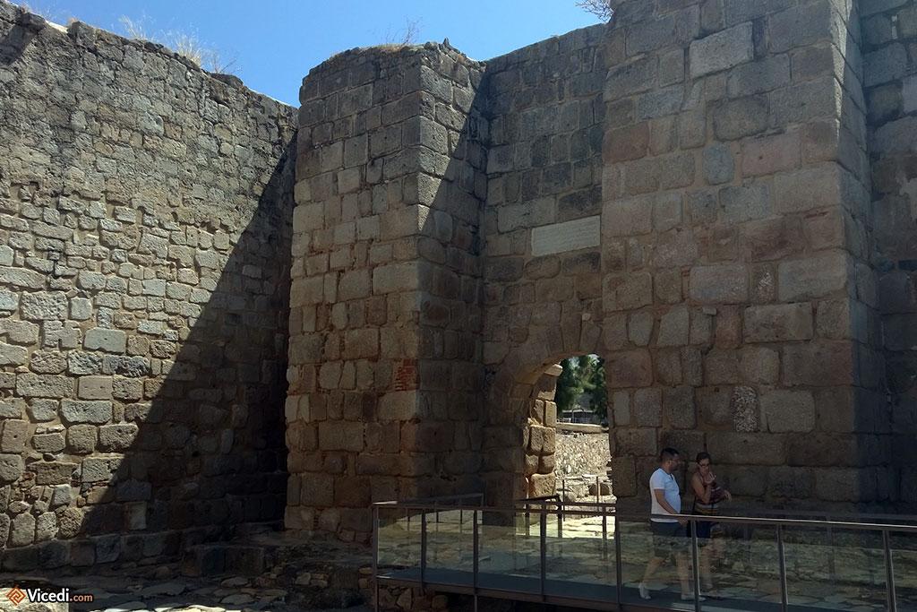 Une des portes de l'Alcazaba. La modernité est passée par là, et des accès ont été aménagés.