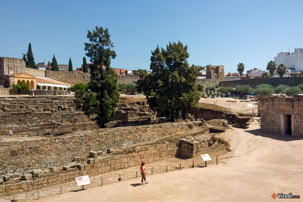 Intérieur de l'Alcazaba. On aperçoit la citerne à droite.