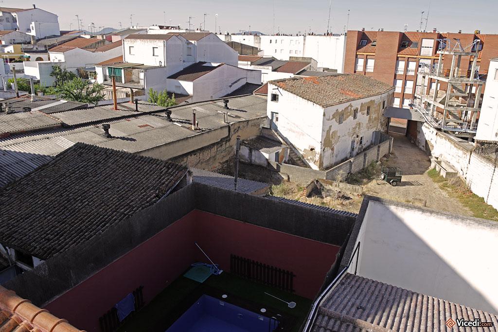 Nous logions dans un hôtel, en plein centre ville. Ceci était notre vue. Remarquez la piscine du voisin, en bas.