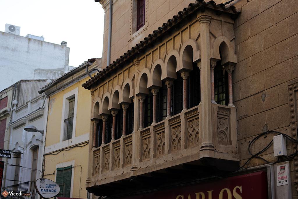 Un balcon néo-mudéjar. Ne polémiquons pas, j'aurais pu dire néo-mauresque.