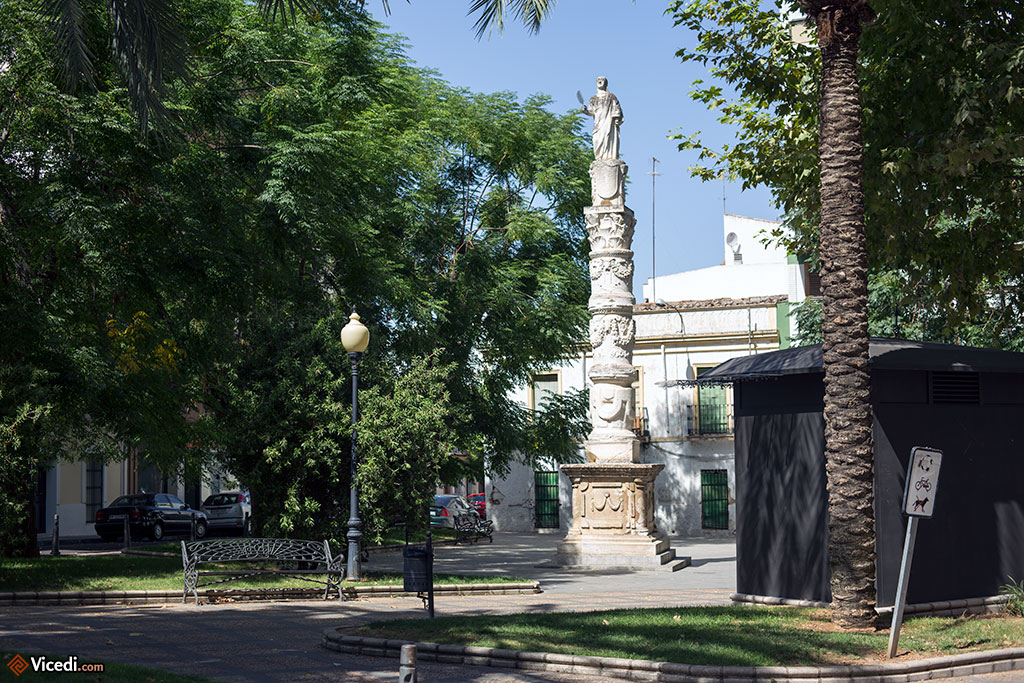 Obélisque de Santa Eulalia. Cette grande colonne est construite en grande partie avec des éléments d'anciens édifices romains.