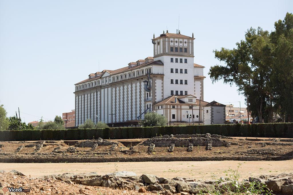 Les anciens silos à blé de Mérida, avec au premier plan ce qui reste du cirque romain.