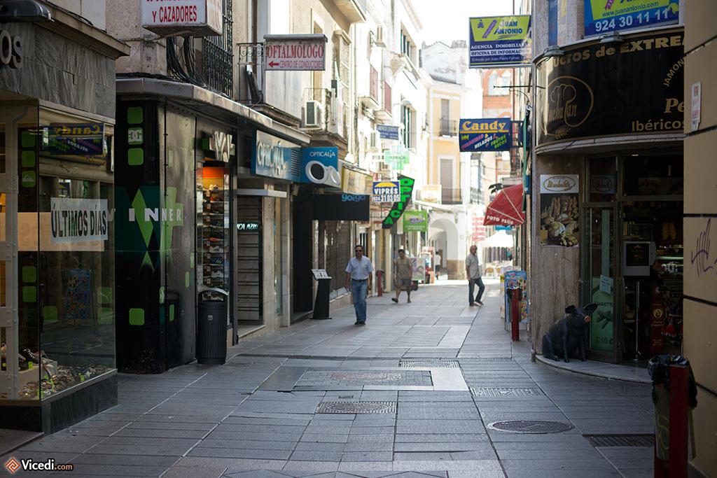 Malgré la chaleur de l'été, la rue commerçante est agréable. Les rues étroites permettent d'avoir une ombre bienvenue en été.
