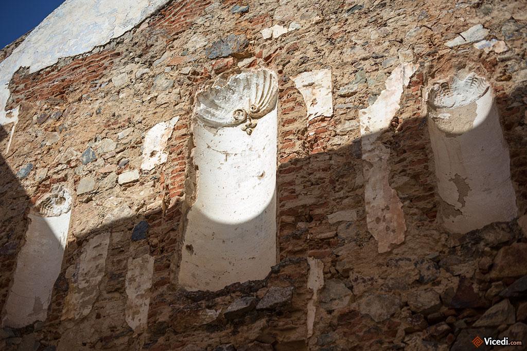 Dans les environs immédiats du temple de Diane se trouve la ruine de l'une des plus anciennes églises de la ville, l'église de Santa Catalina, construite sur une synagogue.