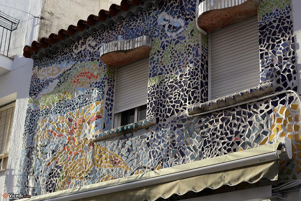 Certaines façades n'ont pas besoin d'être peintes. On voit que l'influence de Gaudi s'est faite sentir jusqu'ici...