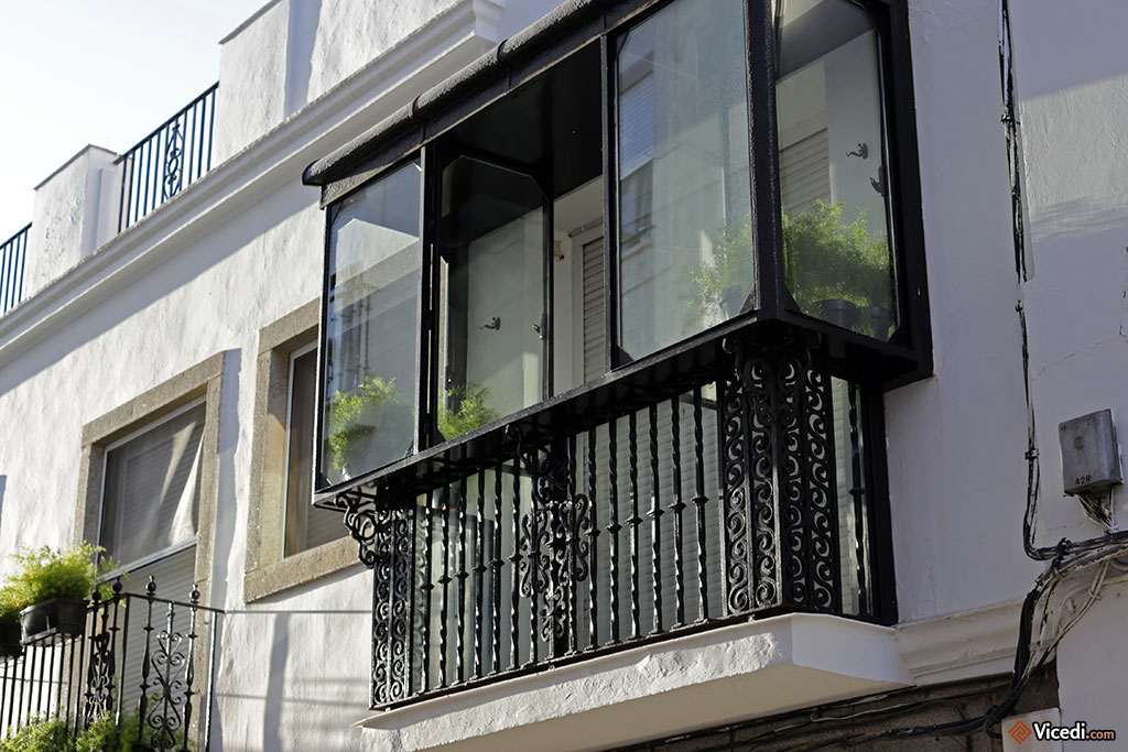 Un balcon classique, protégé des intempéries ou du soleil.