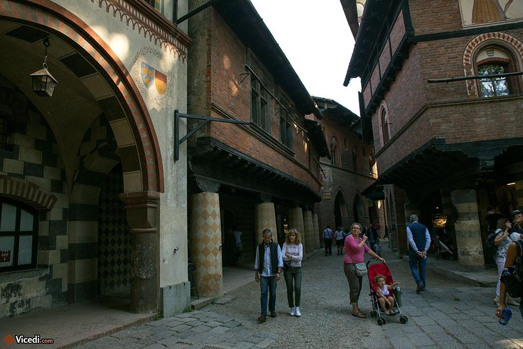 Le Borgo Medievale et ses petites rues, ses immeubles peints... là où le réalisme pêche un peu, c'est sans doute au niveau de la propreté des rues, le Moyen Âge n'ayant pas les mêmes soucis d'hygiène que nous aujourd'hui...