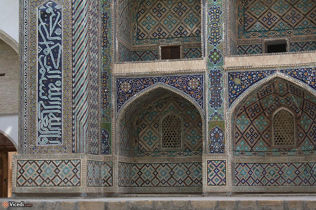 Les mosaïques et les motifs géométriques, typiques de l'architecture sacrée d'Asie Centrale
