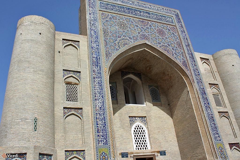 La façade, couverte de mosaïques