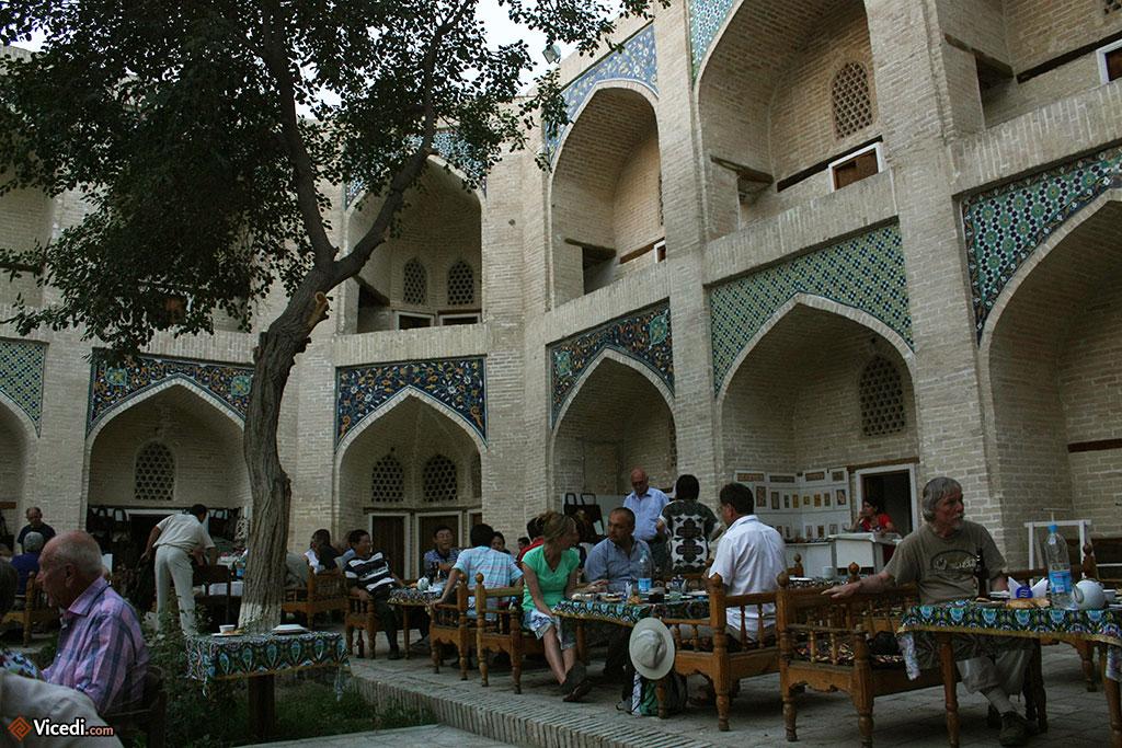 Service de restaurant dans la cour intérieure de la madrasa