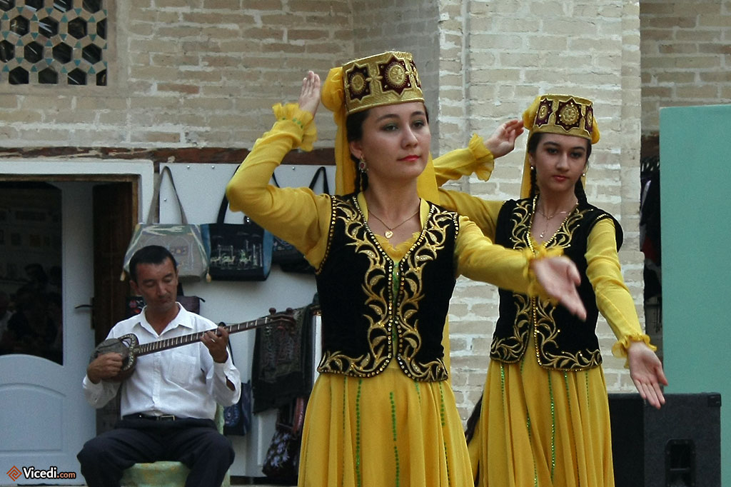 Les costumes sont inspirés des vêtements traditionnels d'Asie Centrale