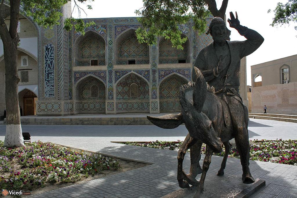 Devant la madrasa se trouve la statue de l'équivalent musulman de don Quichotte, le célèbre Nasr Eddin Hodja, très populaire en Ouzbékistan.
