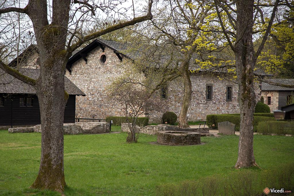 Au temps des romains, il ne pouvait pas y avoir autant d'arbres sur le camp! Mais les nombreux puits étaient absolument nécessaires.