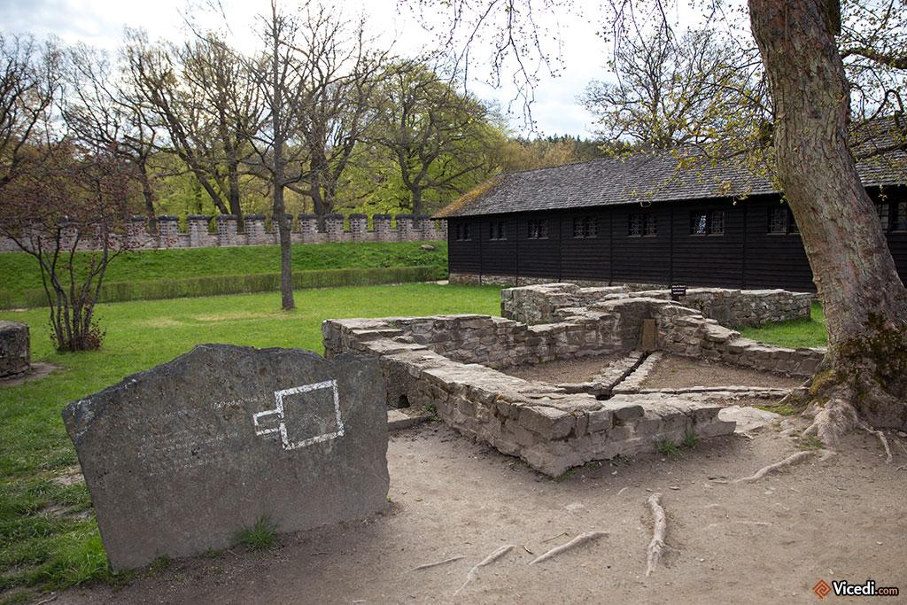 Au fond, les baraquements reconstitués des soldats. Chaque baraque devait pouvoir héberger une centurie.
