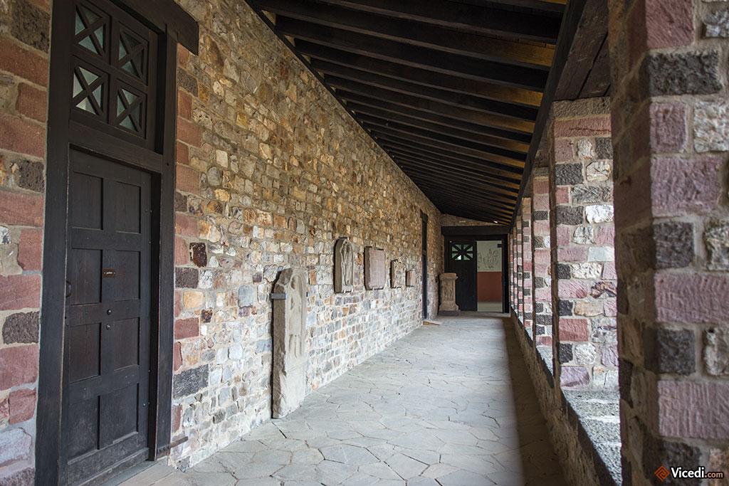 Dans les galeries autour de la cour des principia ont été installées des stèles.