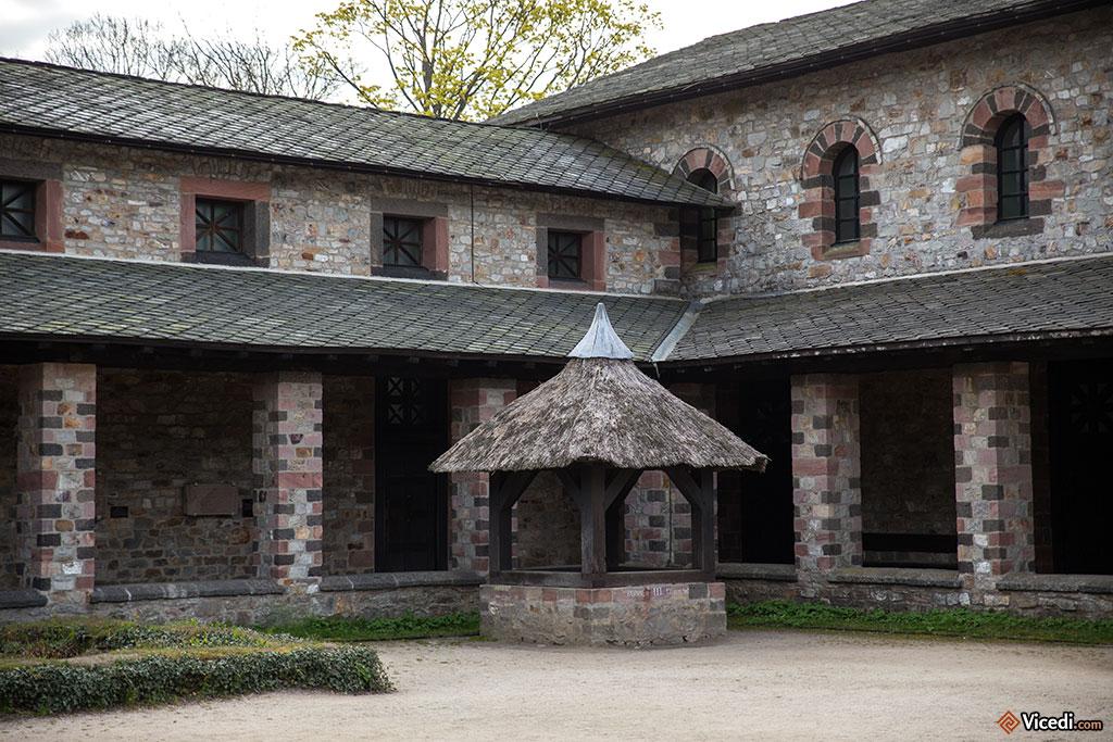 La cour des principia, avec l'un des 99 puits qui ont été découverts sur le site.