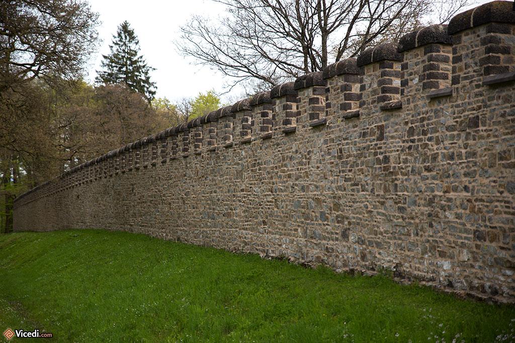 Le rempart, et ses créneaux tels qu'ils devaient se présenter au IIIème siècle. Il faut imaginer que tout ceci était crépi!