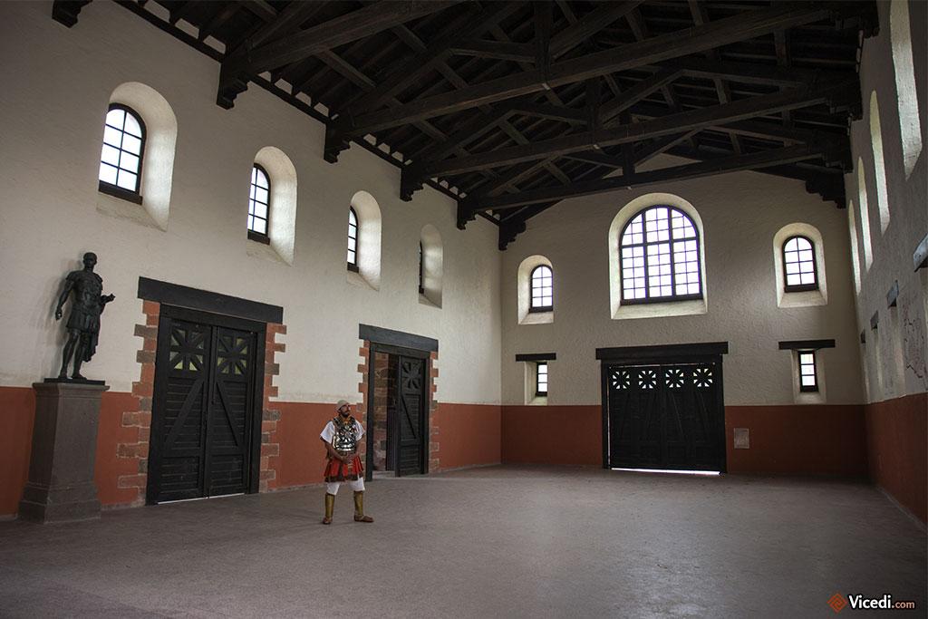 Cette grande salle jouxtant les principia, similaire à une basilique, servait probablement de salle d'appel.