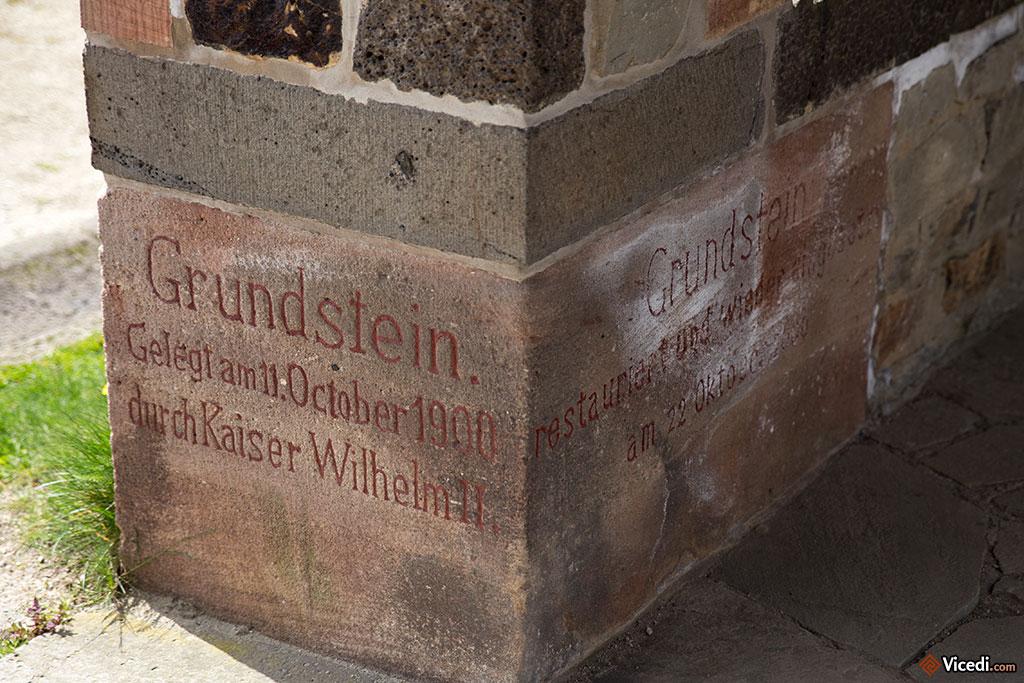 Première pierre posée par Guillaume II. On la trouve dans la cour des Principia.