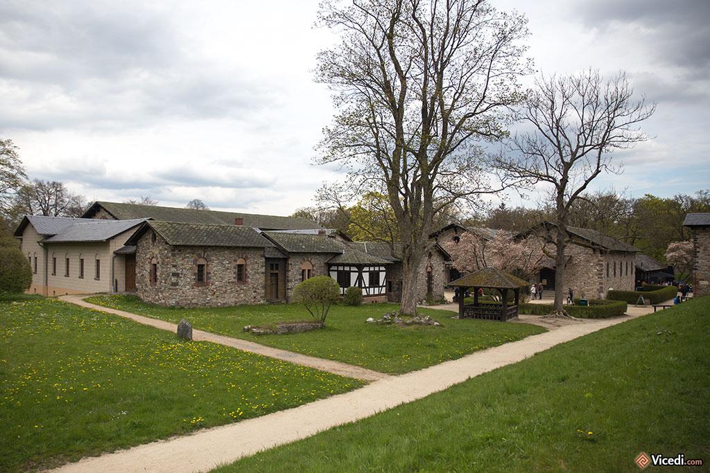 A gauche, la demeure du commandant. A droite, les horrea, les entrepôts où était entreposé le blé. C'est ici qu'est installé le musée actuel.