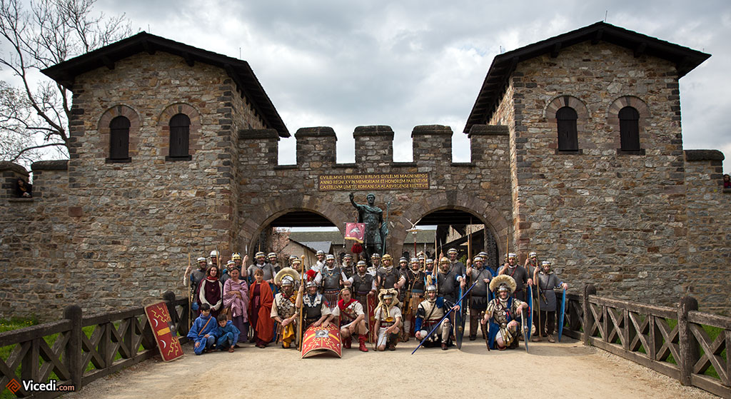 La Legio VIII Augusta avec les copains de la Cohors IIII Vindelicorum, devant la Porta Praetoria, sous l'oeil attentif d'Antonin le Pieux.