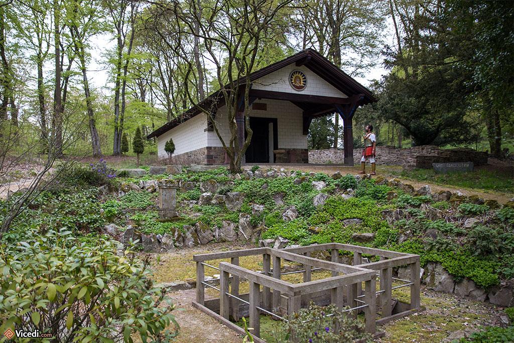 A l'extérieur du camp, le mithraeum reconstitué. Nous savons aujourd'hui que les vestiges retrouvés n'étaient pas ceux d'un mithraeum.