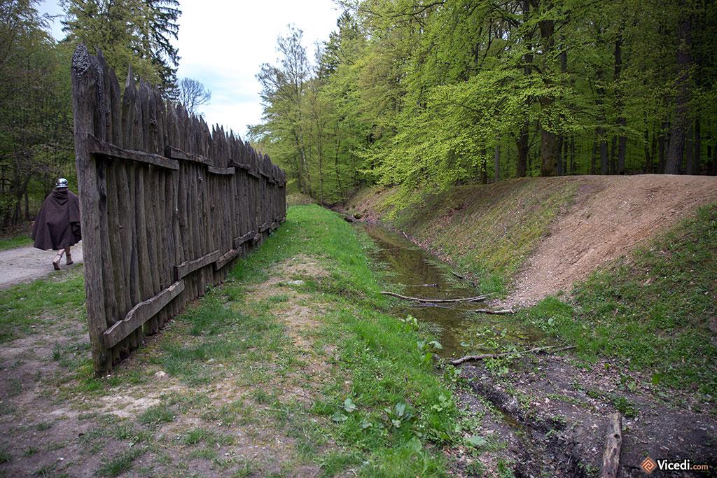 A quelques centaines de mètres du camp, le Limes, matérialisé par un fossé et une palissade. Au delà de la palissade, les barbares...