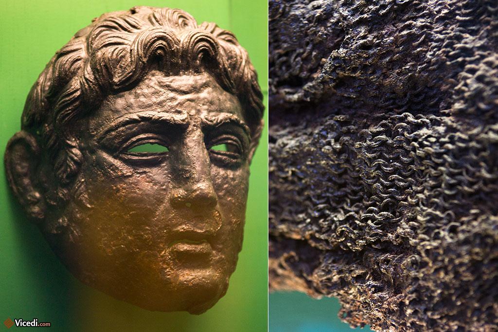 Pièces du musée. A gauche, un masque à visage d'un cavalier, à droite, une cote de mailles.