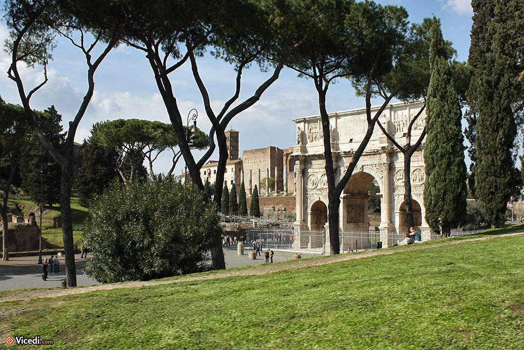 Derrière les arbres, l'arc de Constantin