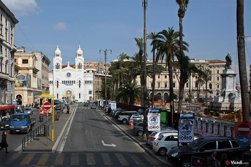 Au bout de la place Cavour, l'église protestante vaudoise.