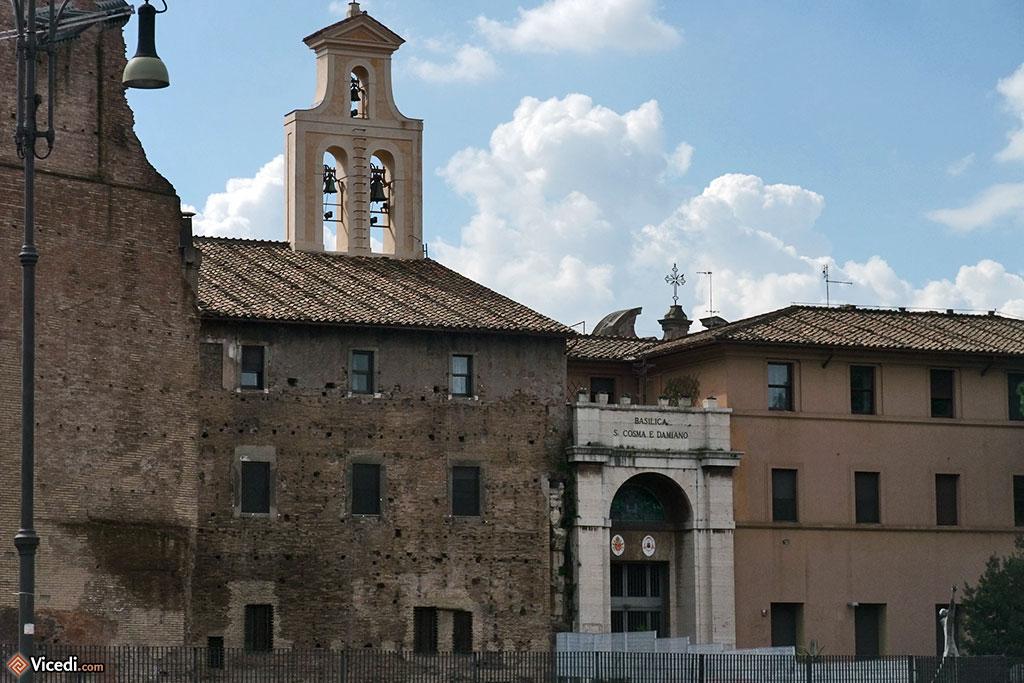La basilique Santi Cosma e Damiano, construite sur les ruines du temple de Romulus.