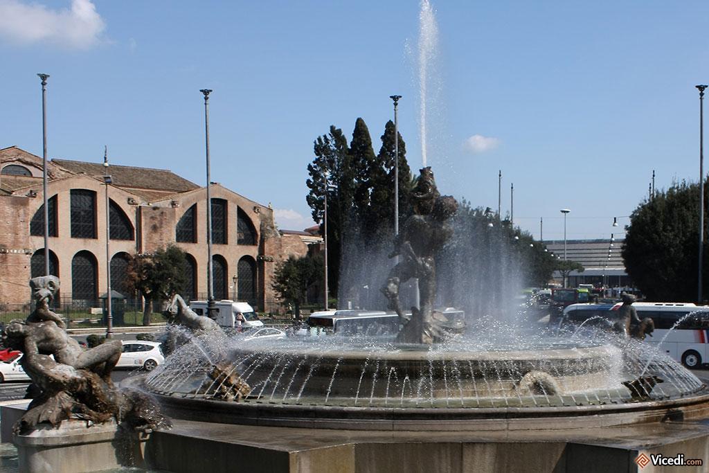 Fontana delle Naiadi, sur la Piazza Republica.  Au fond à gauche, la basilique de Maxence.