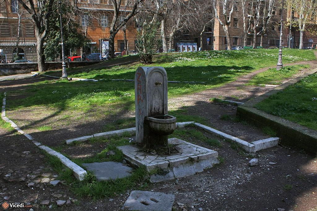 Petit point d'eau, comme il y en a tant à Rome dans ses jardins publics.