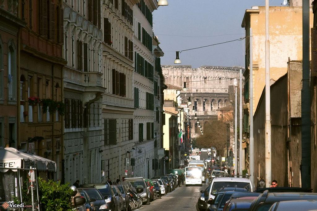 Au bout de la rue, le Colisée. C'est ça, Rome, il y a toujours un monument majeur au bout d'une rue.