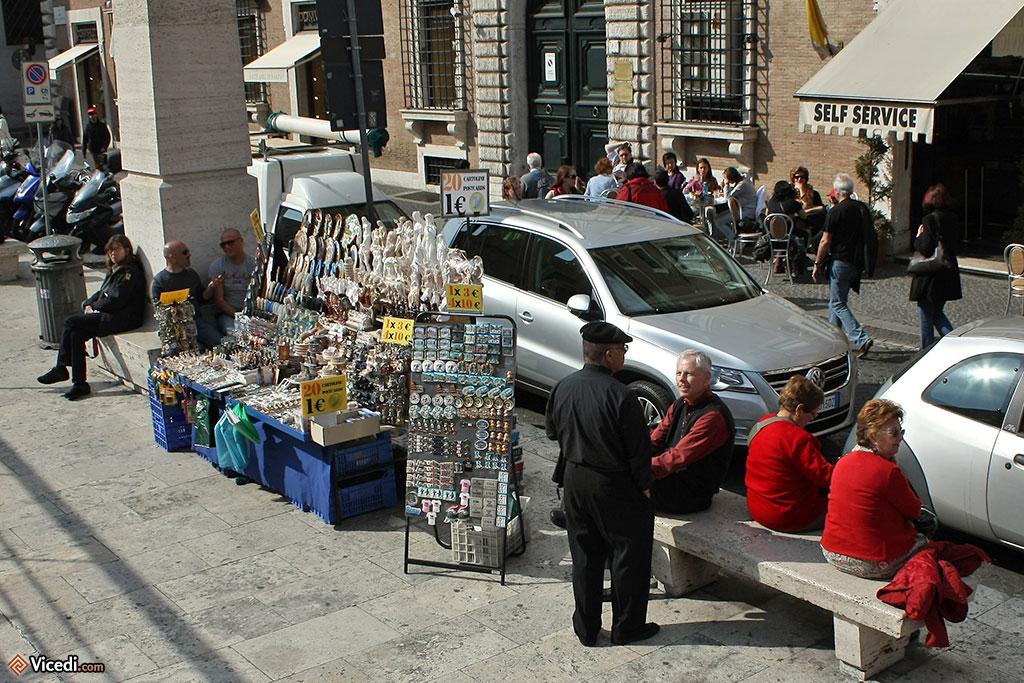 Vendeurs de souvenirs sur la Via della Conciliazione, la grande avenue menant à Saint-Pierre de Rome.