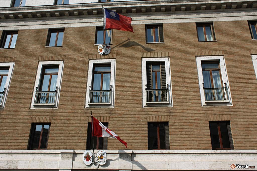 Sur la Via della Conciliazione, qui mène à Saint-Pierre de Rome, se trouve un grand nombre de représentations diplomatiques près du Saint-Siège, comme ici celles du Canada et de Taiwan.
