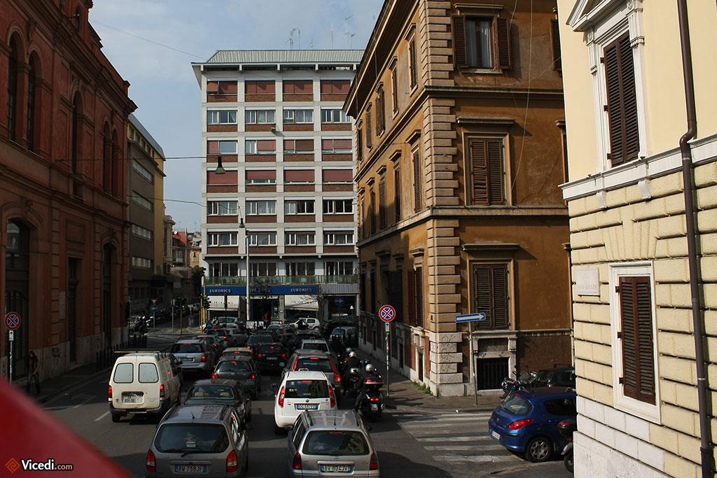 Il existe aussi des immeubles moches, comme celui au fond de la Via Maria Adelaide.