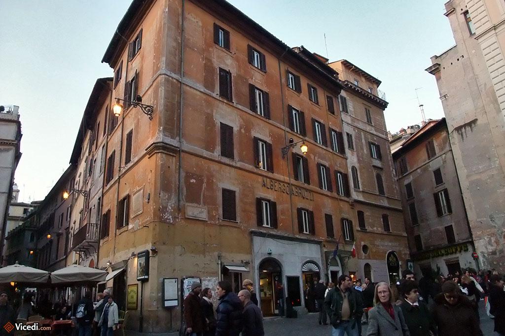 Tout le monde connaît le Panthéon. Mais si on lui tourne le dos, on tombe sur plein de touristes et ce qu'il faut pour les accueillir, comme ici l'Albergo Abruzzi, un hôtel 3 étoiles.