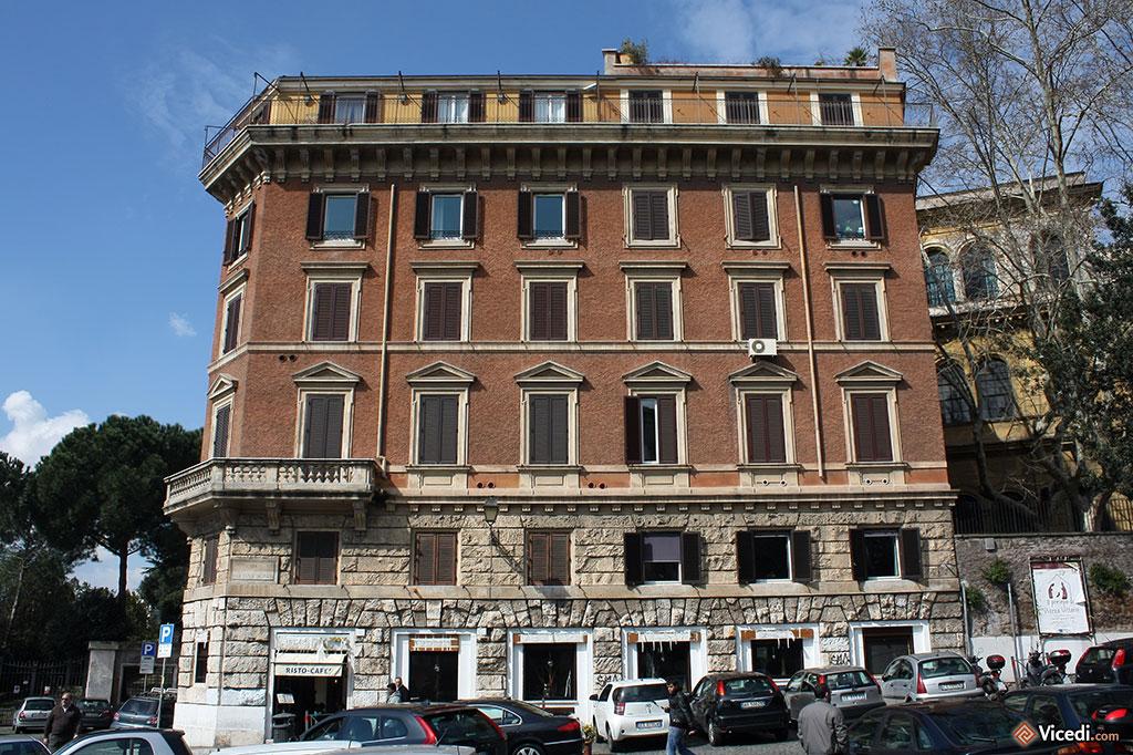 Voici un immeuble tout ce qu'il y a de plus romain. D'une beauté simple.
