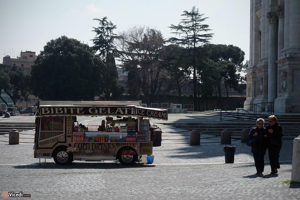 Un vendeur de glaces et de boissons devant la cathédrale Saint Jean de Latran.