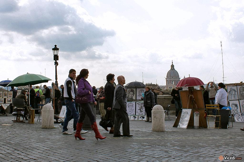 La Piazza Trinità dei Monti a des airs de Montmartre, avec ces artistes dessinant les portraits des touristes...