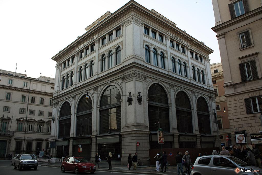 Edifice de La Rinascente, une chaîne de grands magasins italiens.